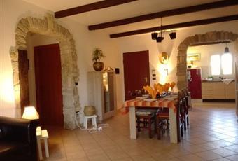 Il pavimento è piastrellato, il salone è con travi a vista, il salone è luminoso Puglia BR Brindisi