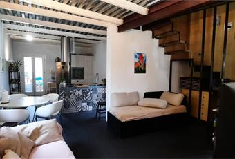Il salone è luminoso, il salone è con travi a vista, il pavimento è piastrellato Liguria IM Bordighera