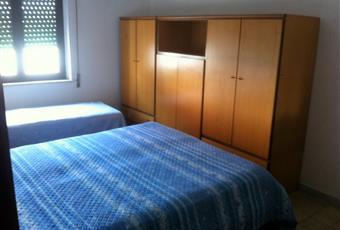 La stanza è luminosa, è dotata di condizionatore a pompa di calore, oltre al letto matrimoniale prende posto anche un letto singolo. Puglia TA Palagiano