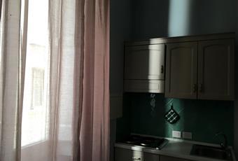 La cucina è luminosa ed abitabile, attrezzata con frigo, microonde, tavolo con sedie e alcune stoviglie. Campania NA Napoli