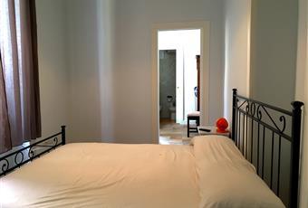Stanza da letto piacevole e silenziosa. Attrezzata con letto a cassettoni e due cassettiere. Angolo TV. Campania NA Napoli