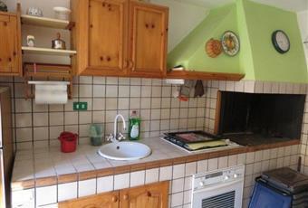 La cucina è con camino, il pavimento è piastrellato Molise IS Vastogirardi