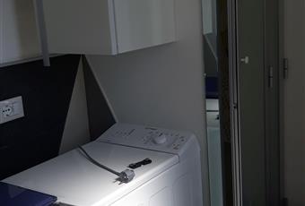 Il pavimento è piastrellato con lavatrice e finestra su giardino Sicilia SR Noto