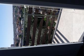 Il pavimento è piastrellato, la camera è luminosa con balcone privato e climatizzata Sicilia SR Noto