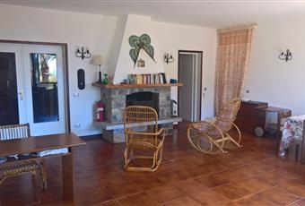 Il salone è ampio e luminoso, con vista mare. Vi è grande veranda ed internamente, camino in pietra Toscana LI Capoliveri