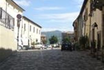 Il palazzo, ex residenza vescovile del 1410, è affacciata sulla centrale Piazza Garibaldi del borgo di Talamello.  Emilia-Romagna RN Talamello