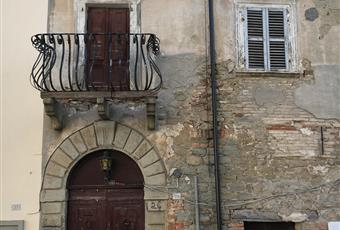 Il palazzo confina a sinistra con la casa natale di Amintore Galli, il compositore del celebre Inno dei Lavoratori, di cui il teatro di Rimini porta il nome. Emilia-Romagna RN Talamello
