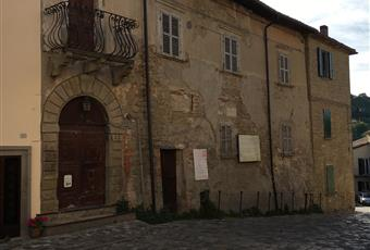 """Il borgo di Talamello custodisce importanti tesori come il Museo-pinacoteca Gualtieri """"Lo splendore del reale"""" che riunisce più di 40 quadri del pittore Fernando Gualtieri.Nel Santuario di San Lorenzo, di  origine seicentesca, nella piazza principale del borgo, è custodito un prezioso crocifisso del 1300 attribuito all'allievo di Giotto Giovanni da Rimini. Emilia-Romagna RN Talamello"""