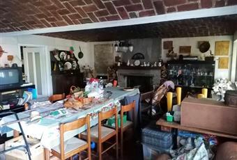 Il salone è con camino, il pavimento è piastrellato Piemonte TO Corio
