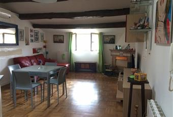 Il pavimento è di parquet, il salone è luminoso, con travi a vista Lazio RI Rieti