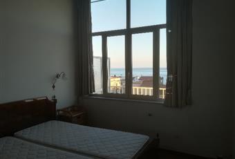 Il pavimento è di parquet, la camera è luminosa, il pavimento è piastrellato Calabria RC Bovalino