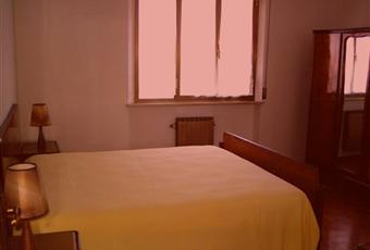 La stanza è luminosa e la finestra dà sulla corte interna. Pavimentazione con parquet chiaro. Marche PU Mondolfo