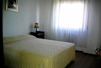 La stanza è luminosa e la finestra dà sulla corte interna. Pavimento pistrellato. Marche PU Mondolfo