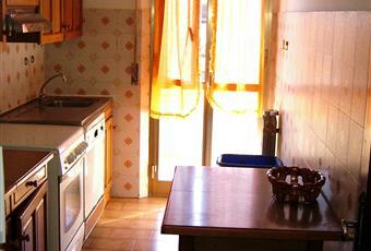 La cucina è luminosa e si affaccia sul balcone. Pavimento piastrellato Marche PU Mondolfo