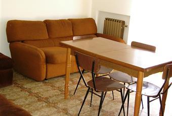 Dalla sala si accede al balcone angolare, nel quale con un piccolo tavolo è possibile mangiare: si affaccia sul verde vialetto di una villa adiacente. Marche PU Mondolfo