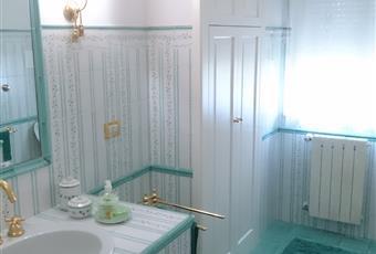 Rivestimento e pavimento: ceramica di Vietri (SA). I bagni sono 3: quello rappresentato, uno annesso alla cucina/ripostiglio e uno al piano mansarda con vasca/doccia e balconcino. Puglia BA Corato