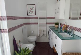 Bagno con affaccio sul terrazzo con doccia e servizi, finiture mosaico. Piemonte AL Castellazzo Bormida