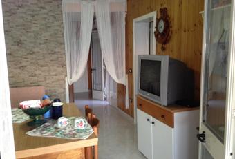 La stanza living comprende un divano - letto ed un angolo cucina con forno e lavandino. Puglia LE Andrano