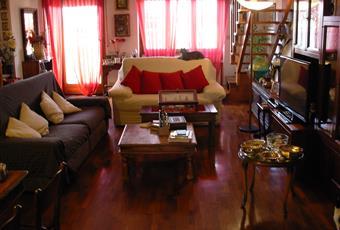 Il salone è molto luminoso e con affaccio su balcone di 9 mq., il pavimento è di parquet, magnifica scala in legno a vista che porta al soprastante terrazzo di proprietà esclusiva. Piemonte AL Alessandria