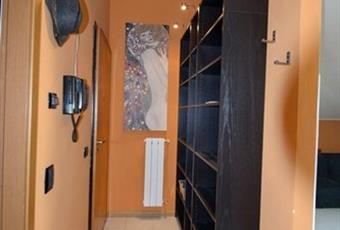 Ingresso con soffitto molto alto e parete attrezzata a libreria inclusa nel prezzo. Lombardia LO Lodi