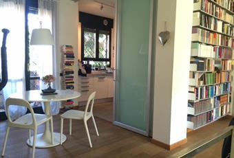 Luminosa cucina con pavimento in resina collegata alla zona pranzo tramite porta in vetro  Lombardia MI Pessano con Bornago