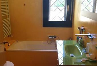 N.2 bagni in resina, uno grigio con grande box doccia in cristallo di mt 1,5, uno giallo con vasca  Lombardia MI Pessano con Bornago