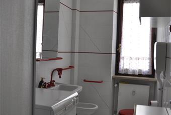 Il pavimento è piastrellato, il bagno è luminoso Piemonte CN Limone Piemonte
