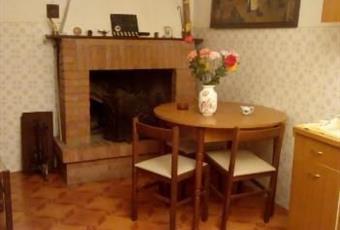Il pavimento è piastrellato, il salone è con camino Toscana GR Manciano
