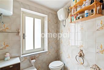 Bagno piastrellato con vasca e finestra Lazio VT Proceno