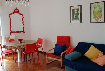 Il pavimento è di parquet, con madia, divano, tavolo da pranzo in cristallo Lombardia BG Dalmine
