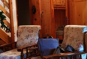 Il salone è con travi a vista, il salone è con camino, il pavimento è piastrellato, luminoso Lazio RM Subiaco