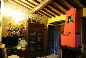 Il salone è con travi a vista, il salone è con camino, soffitto a volta Umbria TR Narni