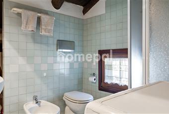 Bagno piastrellato con doccia e finestra Valle d'Aosta AO Chamois