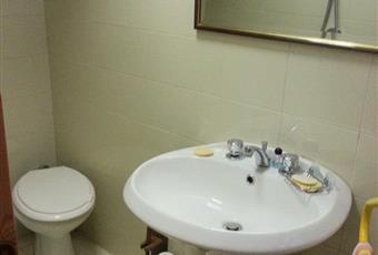 bagno con doccia e piccolo scaldabagno Lazio RI Poggio Moiano