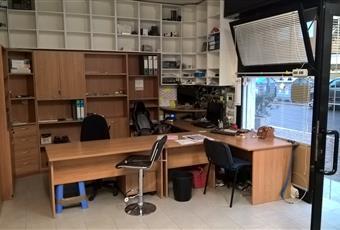 Il negozio è arredato di scrivanie e materiale per ufficio, mobilio, sedie, scaffalature. E' presente anche un soppalco nel retro, con cucina e bagno. Stufa a pellet come riscaldamento o aria condizionata caldo/freddo.   Emilia-Romagna MO Sassuolo