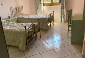 Il salone è luminoso, il pavimento è piastrellato Campania AV Forino