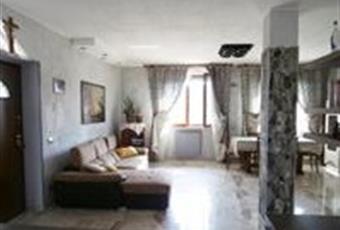 Il salone è luminoso, il pavimento è piastrellato con piastrella effetto marmo 120x60 con finiture in pietra sulla parete e pilastro. Lombardia MI Arconate
