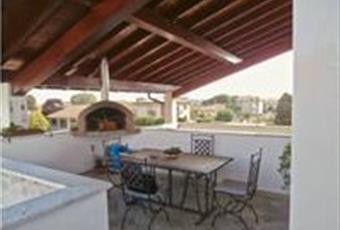 Terrazza con igresso dalla cucina, rifinita con copertura in travi in legno, e forno fatto da poco in muratura. Lombardia MI Arconate