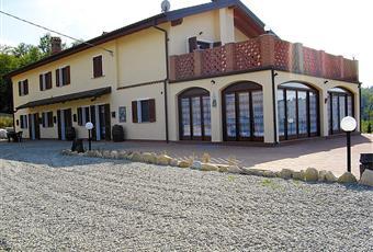 Il pavimento è piastrellato, il salone è con camino, il pavimento è di parquet Piemonte AL Strevi