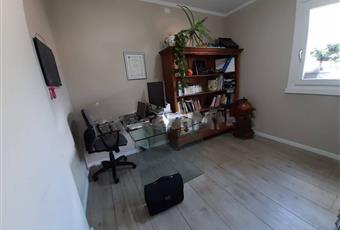 Il pavimento è di parquet, il salone è luminoso Lombardia BS Malonno