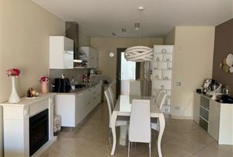 La cucina è luminosa, la cucina è con camino, il pavimento è piastrellato Sicilia RG Ispica