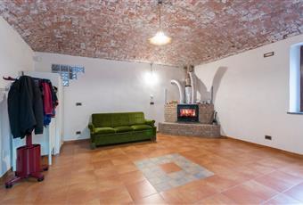 Soggiorno con camino e caratteristico soffitto in pietra Piemonte TO San Francesco al Campo
