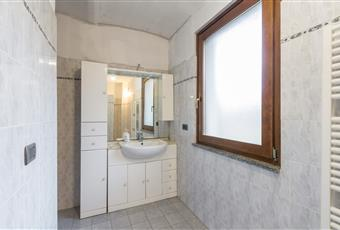 Bagno piastrellato con doccia e finestra Piemonte TO San Francesco al Campo