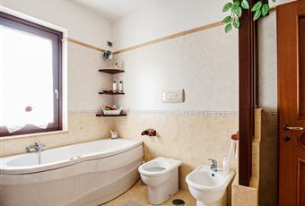 Bagno piastrellato con vasca idromassaggio e finestra. Campania SA Capaccio