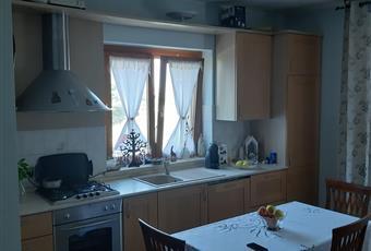 La cucina è luminosa, il pavimento è piastrellato, con travi a vista, il pavimento è di parquet Lombardia PV Val di Nizza