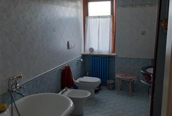 Il pavimento è piastrellato, il bagno è luminoso Lombardia PV Val di Nizza