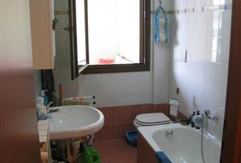 Il pavimento è piastrellato, il bagno è luminoso Lombardia MB Ornago