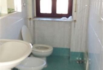 Il bagno è luminoso, il pavimento è piastrellato Campania CE Casagiove