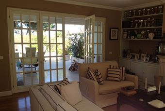 Il pavimento è di parquet, il salone è con porta finestra, il salone è luminoso, camino Toscana LU Pietrasanta