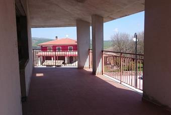 Il salone è con travi a vista, il pavimento è piastrellato, luminoso Campania AV Calitri